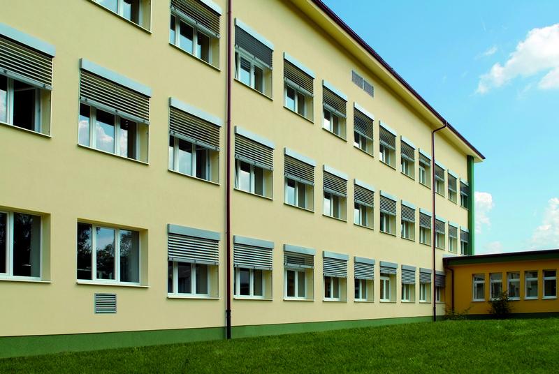 Základná škola, Lietavská Lúčka, exteriérové žalúzie  | http://www.ksystem.sk/sk/produkty/zaluzie/exterierove-zaluzie/exterierove-zaluzie-prominent.html