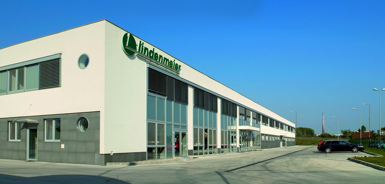 Výrobný závod Lindenmaier, Šurany, exteriérové žalúzie | http://www.ksystem.sk/sk/produkty/zaluzie/exterierove-zaluzie/exterierove-zaluzie-prominent.html